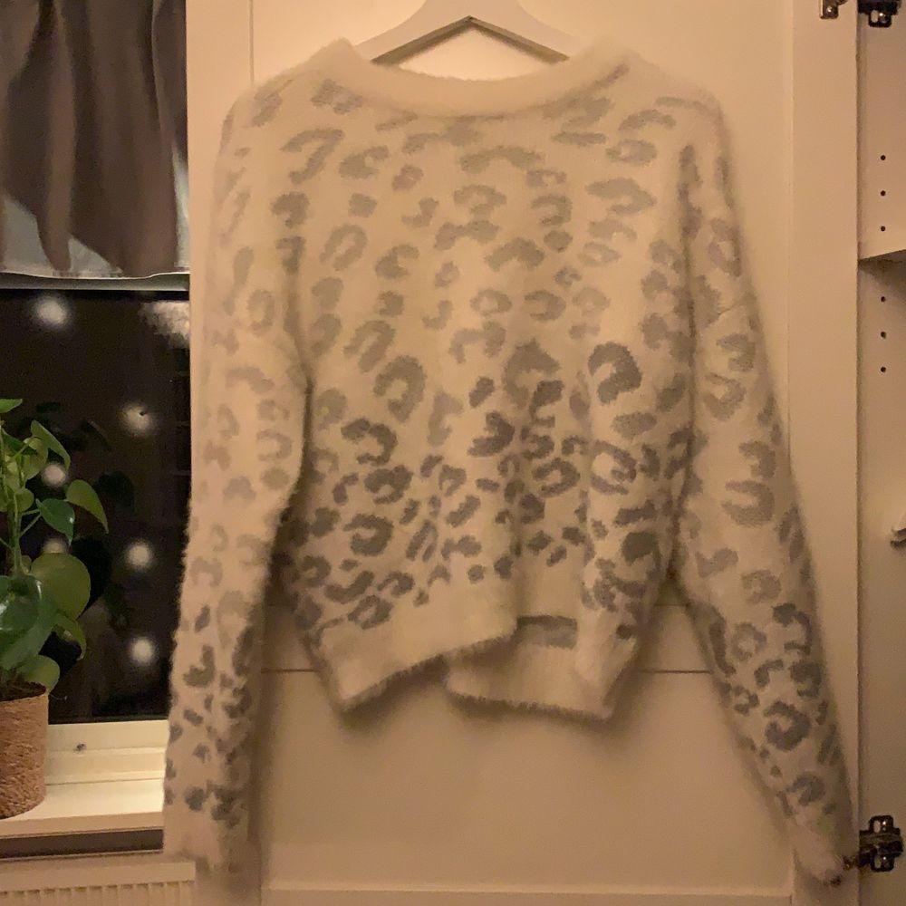 Mysig tröja i jätte bra skick. Använd fåtal gånger🥰. Tröjor & Koftor.