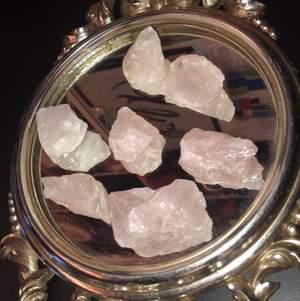 Säljer nu mina älskade rosenkvarts kristaller då jag har väldigt många av de. Min pappa köpte de på en kristall shop när vi var ute och reste för några år sedan men nu har jag fått de🥰 skriv ifall du är intresserad eller bara ha någon fråga!! (Se sid tre för att läsa om dess egenskaper)💓☺️