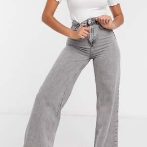 Säljer dessa HELT slutsålda jeans ifrån bershka! I storlek 40 men passar mest 38! De är endast testade så i perfekt nyskick! Lapparna finns kvar! Nypris 360kr!