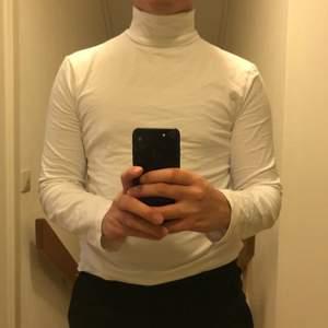 Från Zalando-märket Your Turn. Polo i stretchigt T-shirt material. Passar därför allt från XS-M
