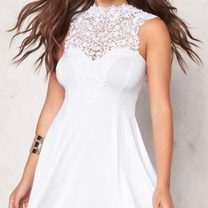 Jättefin klänning med spets vid bysten, använd en gång på min skolavslutning, och är därför i nyskick! Mer bilder kan skickas vid intresse, pris kan diskuteras ☺️