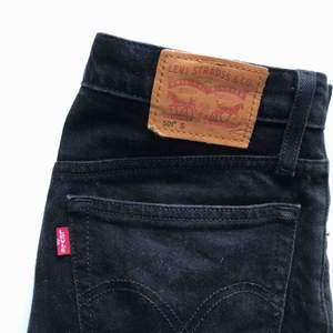 Säljer mina superfina jeans från Levis! Model 501 och knappt använda då de är lite för små för mig. Vet inte vad det är för mått men jag är en S-M och de är lite tighta i midjan för mig, och längd som passar mig som är ca 166!