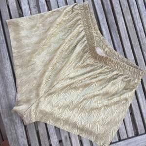 Supersköna mjuka guldiga shorts. Perfekta i sommarhettan.