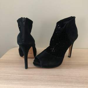 Säljer ett par högklackade skor i mocka från Sofie Schnoor i storlek 36, de sitter på ordentligt på foten vilket gör de jättesköna att gå i. Använda ett fåtal gånger. Inköpta för 1300 kr. Säljer dem då de är för små för mig idag.