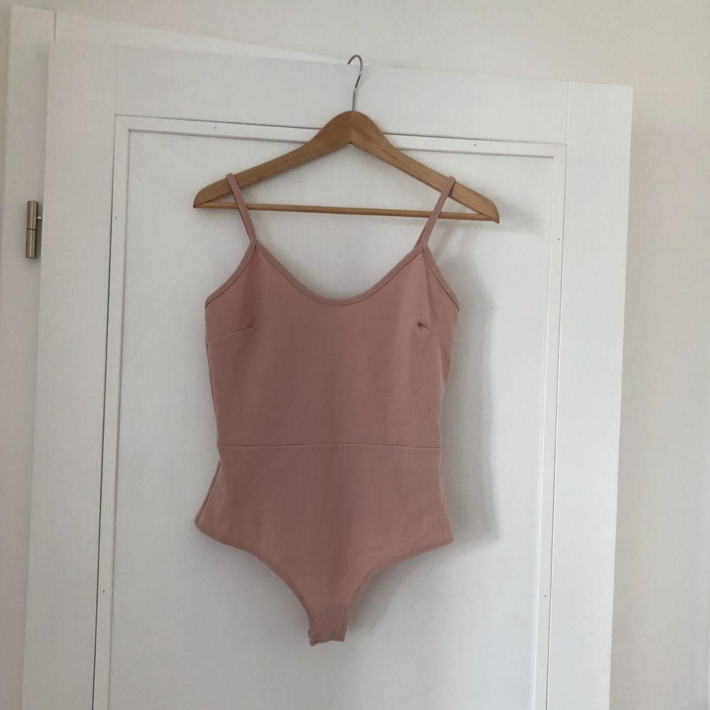 Superfin rosa body som tyvärr är för liten. Eventuell frakt står köparen för 🌼 hör av er om du vill ha fler bilder. Toppar.