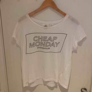 Vit t-shirt från Cheap Monday med svart tryck. Använd några gånger. Tar endast swish.