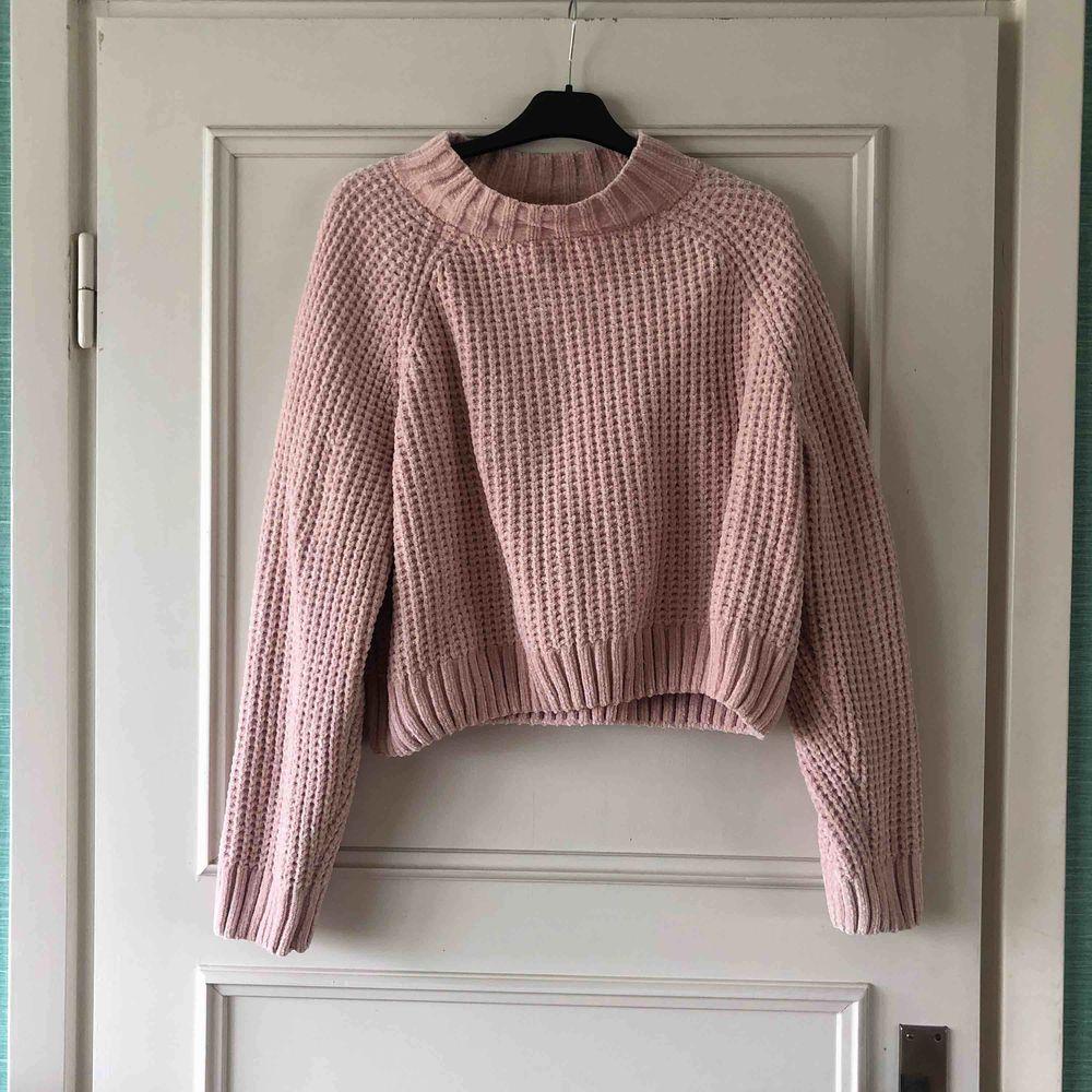 Rosa stickad tröja från Hm. Använd fåtal gånger, inga skavanker och helt i nyskick. Funkar för både S,M och L skulle jag säga beroende på hur den ska sitta. Köpare står för frakt!!. Stickat.