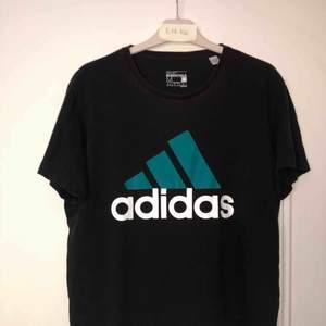 Adidas Sport Essentials t shirt. Lite solblekt runt kragen annars bra skick.