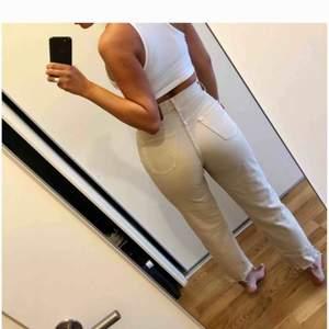 Vintage jeans med hög midja fr Beyond Retro. Avklippta till fotknölarna på mig som är 170 cm. Märkta med strl 31 men motsvarar en 27 om du vill att de ska sitta tight över rumpan o löst i benen. Sitter därmed släppre på 26-25 :)
