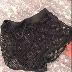 Fina shorts, glömt vart jag köpt dom dock. Använda en gång. Jätte sköna att ha över sin bikini när man tex ska åka och bada! Köparen står för frakt eller så kan jag mötas i Uppsala💕