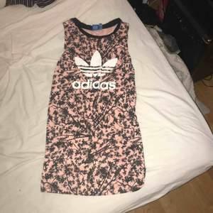 Säljer denna URRsnygga Adidas klänning som passar så bra i sommar när man ska gå ner till Stranden eller en bara skön dag i stan. Möts upp i Linköping annars står köparen för frakten Frakt 50
