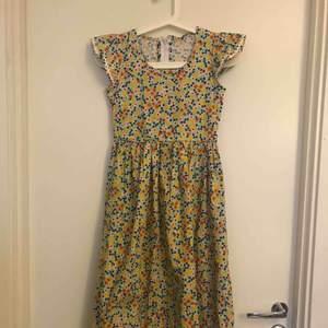 Vintage klänning som jag verkligen älskar, men tyvärr inte kunnat använda eftersom den är för liten för mig. Midiklänning.