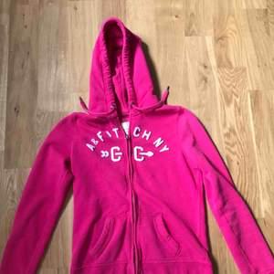 En superskön rosa kofta från Abercrombie & Fitch! Mycket fint skick.  Storleken är M, men ganska liten så skulle kunna passa S.