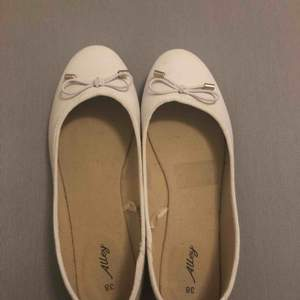 """Säljer vita ballerina skor från märket """"Alley"""" i storlek 38. Jättefina skor, men tyvärr så passar de mig inte. Använd högst 1 gång. Fint skick. Nypris är 650kr. Kan mötas i Karlstad. ☺️"""