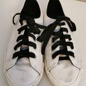 Hejj 🌺 Säljer att par vita sneakers från new look i stl 36! De är i begagnat skick därav priset! Frakt tillkommer på ca 60 kr! Betalning sker via swish! Hör gärna av dig för fler bilder eller andra frågor 💞 Upphämtning i Trollhättan/Vänersborg 💕💞