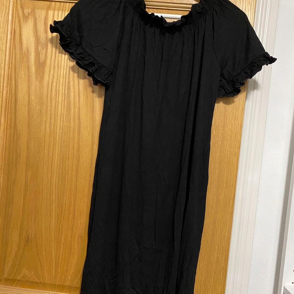 Helt nya svart klänning . Klänningar.
