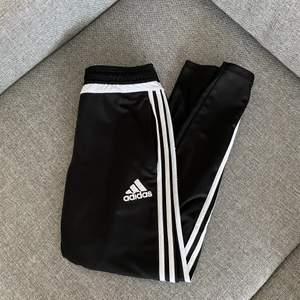 Adidasbyxor, knappt använda. Köpare står för frakt.