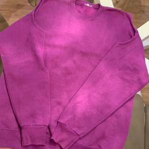 Säljer min skitsnygga lila sweatshirt som har hål på axlarna, hur cool? 🌝🤪