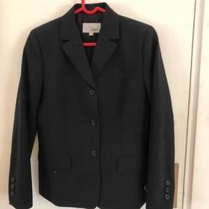 En svart kavaj/blazer från märket segers. Knappt använd, bra skick. Originalpris: ca 1200kr men säljer för 100kr +frakt. Skriv gärna om du är intresserad eller har frågor.