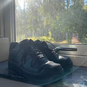 Säljer mina svarta Nike airforce1 som är nästintill nya då jag knapp använt dom. Säljer pga att de inte passar mig längre. Stl 39 vid snabb affär kan jag gå ner i pris😊