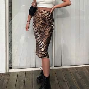 Så fin satin kjol som tyvärr inte kommer till användning längre! Det står xs i kjolen men den är mer som en S. Frakt tillkommer ✨