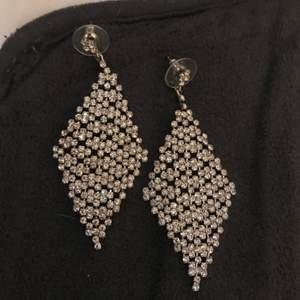 Ett par örhängen som nästan aldrig är använda och ett fotsmycke i silver. Köpare står för frakt💗 (kan även mötas upp)