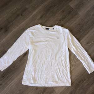 Vit tröja från Gant i strl 170cm / 15 år. Sitter som en S vuxen. Knappt använd, jättebra skick. Inte strykt på bilden.