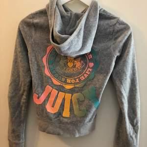 Grå supercool hoodie, lite sliten därav priset, storlek small
