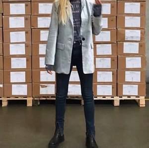 Säljer ett par Tomorrow Denim Jeans i ekologisk bomull, supercoola med slits nere vid foten.