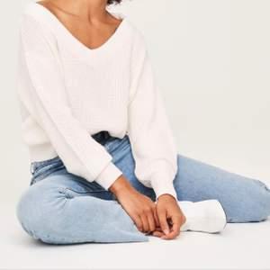 INTRESSEKOLL! Krämvit stickad tröja från ginatrico. Använd men har inga tydliga defekter. Man kan ha den som off shoulder. Säljer vid bra bud