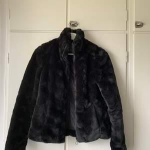 En super fin svart pälsjacka i storlek xs, nyskick❣️vid yttligare frågor kontakta mig, köparen står för frakten😊 budgivning sker om det är fler intresserade❣️