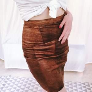 Fantastisk kjol i skinn köpt på Humana i Stockholm. Den sitter väldigt skönt då den har en slimmad passform.   Kan möras i Stockholm eller skicka med posten! Jag betalar frakten✨