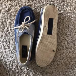 Ganska slitna Ralph Lauren skor i storlek 38. Väldigt fina !