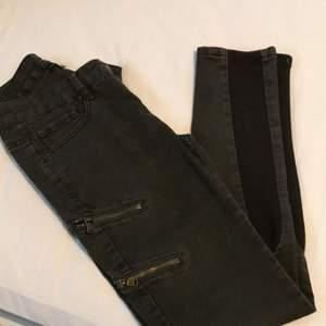 Militärgröna jeans men dragkedjor vid låren och elastiskt tyg vid vaderna. Använda vid två tillfällen✨