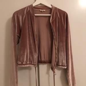 Så söt liten gammelrosa sammets tröja/jacka. 💓💓