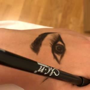 """Väldigt pigmenterad ögonpenna, se """"ritning"""", där jag demonstrerat hur man kan leka med intensiteten, från lätt svart till kolsvart. Funkar alltså perfekt för en smoky eye! Frakt 7kr ❤️ helt ny såklart! Den som har använts är min egen."""