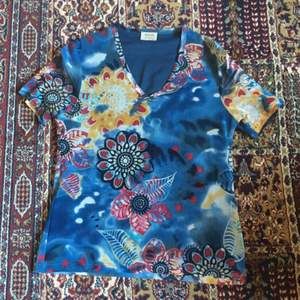 T-shirt köpt på Second Hand. Materialet är lite speciellt men inga problem att ha den på sig, använd fåtal gånger, men bra skick:)