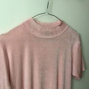 Ultra mega fin viskos polo T-shirt i ljus rosa i stl M. Eco tyg dessutom☘️