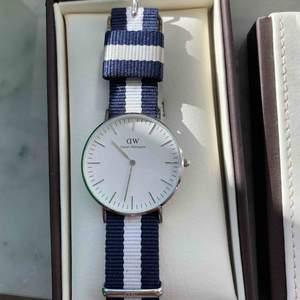 Säljer min Daniel Wellington klocka, knappt använd i extremt bra skicka utan repor. Bandet går att byta. Box, manual och extra del tillkommer. Nypris: ca 1400. Kan mötas upp i Stockholm annars står köparen för frakten😊