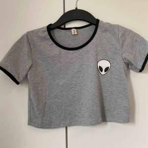 Trendig T-shirt i storlek s. Många intresserade så högst bud får tröjan Köpare står för frakt