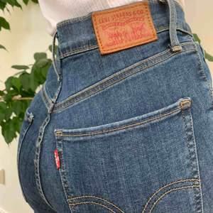"""Tighta levi's jeans i modellen """"Mile high super skinny"""". Oanvänt skick, w25 l32. Nypris ligger på 700kr❣️"""
