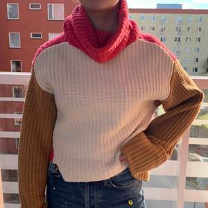 En jättefin stickad tröja från H&M i toppen skick! Vit fram, rosa på baksidan och bruna armar.                  Ny pris: 499 Mitt pris: 175
