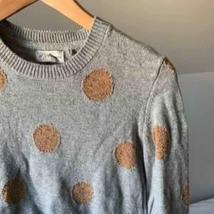 Supersöt stickad tröja med guld-glitter prickar på🥂