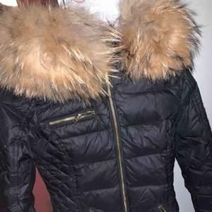 Rock & blue vinterjacka, strl xs men passar mig som är S oxå. Använd under förra vintern, köpt för 3200, äkta päls.  Säljs billigt då den har smink på insidan av kragen/jackan.