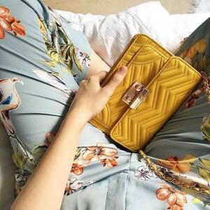 Gul liten väska från Mango, använd vid 1-2 tillfällen. Således använd men i fint skick!