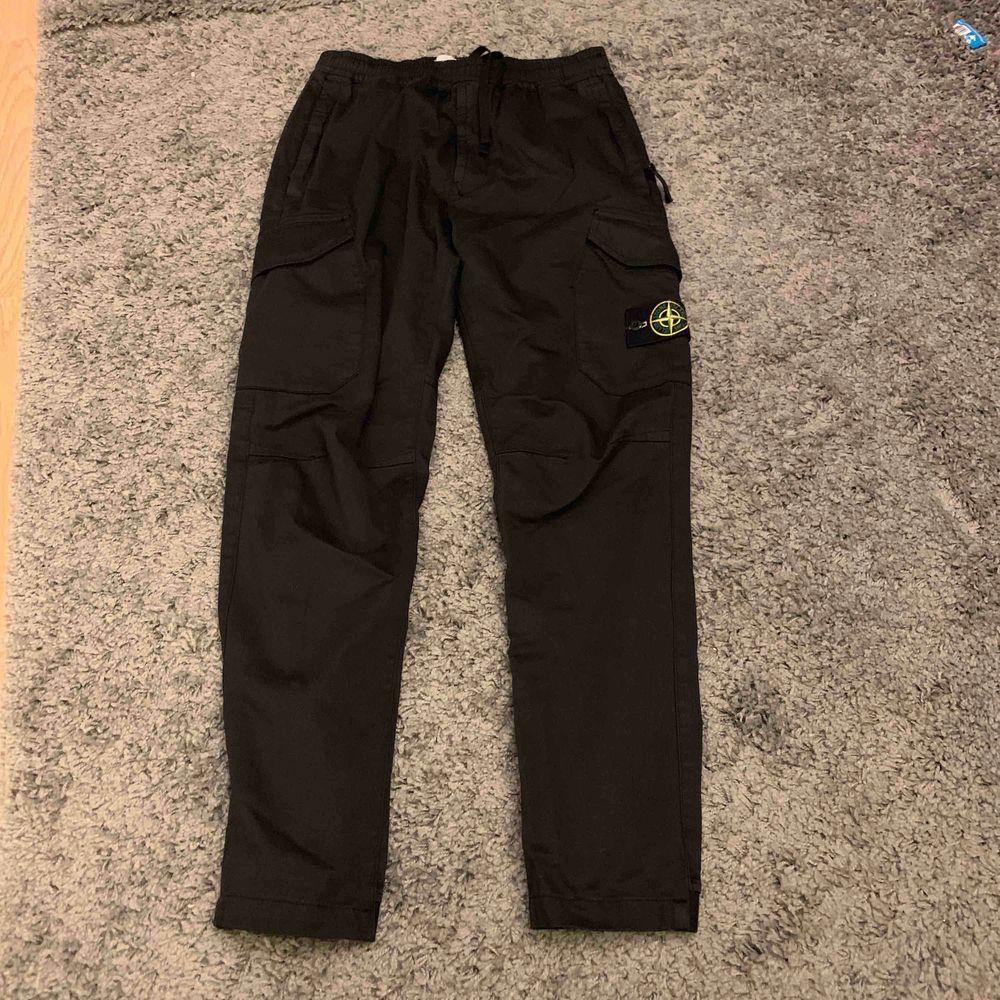 Stone Island   - Cargo Pants  - Storlek 31 fits / passar 32/33  - Skick 10/10 - Tag & QR kod finns   - Nypris 3000  - Säljes för 1800   Byxorna är köpta på Johnells.  Kommer från ett djurfritt och rökfritt hem  Vid intresse mer bilder finns i PM.. Jeans & Byxor.