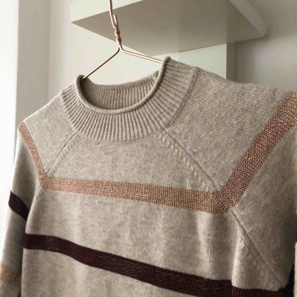 Stickad tröja från mango i bra skick, den är stretchig och passar både xs och m. Tröjor & Koftor.
