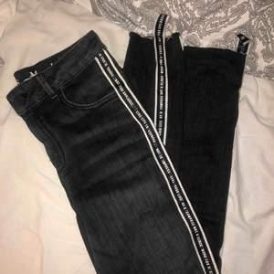 snygga grå/svarta jeans med stripe på sidan || från bikbok || storlek S || används inte så vill bara bli av med säljer för 70kr + frakt 🧡