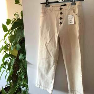 Skitsnygga jeans från Bersha med snygga detaljer, ankel långa med slitningar nedtill, aldrig använda med prislapp kvar, små i storleken så passar en 38a💖