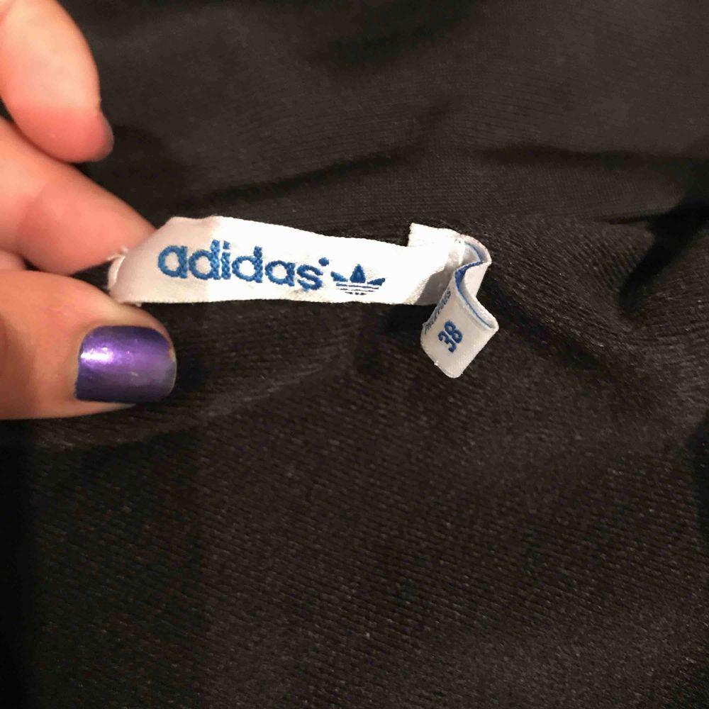 En Adidas kofta med guldiga sträck . Tröjor & Koftor.
